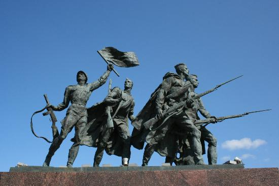 ‪Monument To Heroic Defenders of Leningrad‬