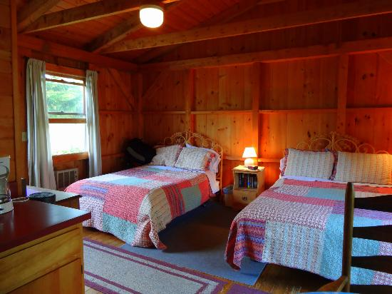 Micmac Farm Guesthouses and Gardner House: Double beds with comfortable bedding.