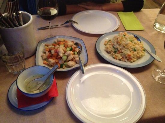 Dong Bei Hu: сухой рис с овощами и дроблённой курицей