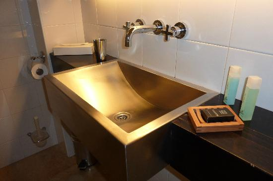 Sea Executive Suites: Clean bathroom