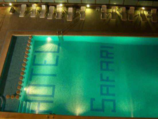 Hotel Safari: Vista nocturna de la piscina