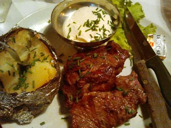 Les fagots : manzo arrosto con salsa e patata al cartoccio
