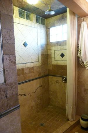 A Beach'n Place: Bathroom with Rain Shower