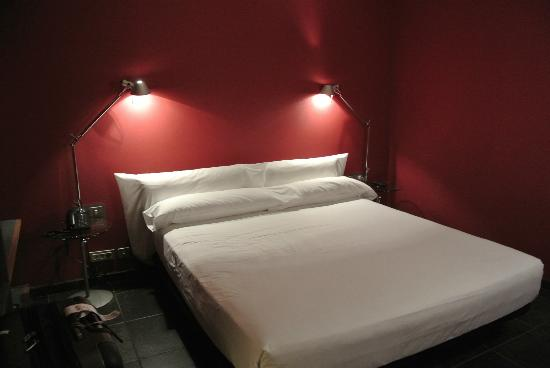 Casa Camper Hotel Barcelona: Suite room, king bed