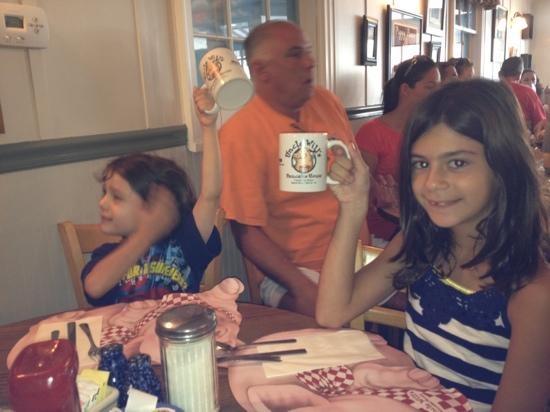 Uncle Will's Pancake House: adorable mugs!