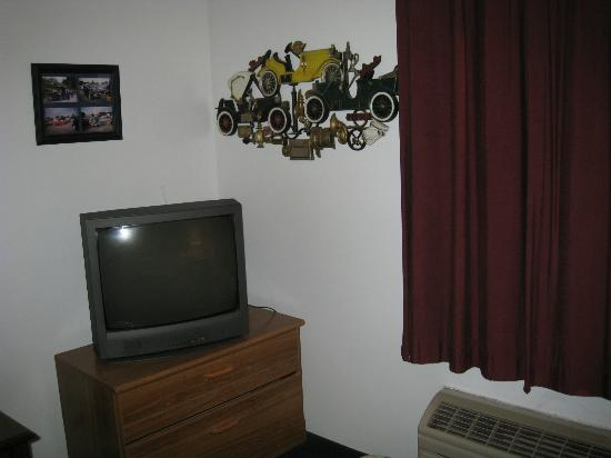 Historical Park Motel : TV and wall decoration