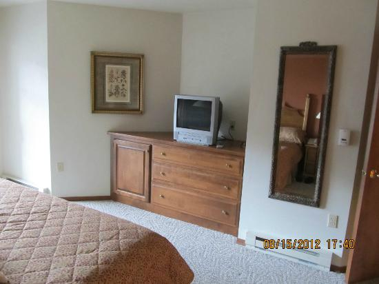 Bridgeport Resort: Built-in chest of drawers and TV in the bedroom