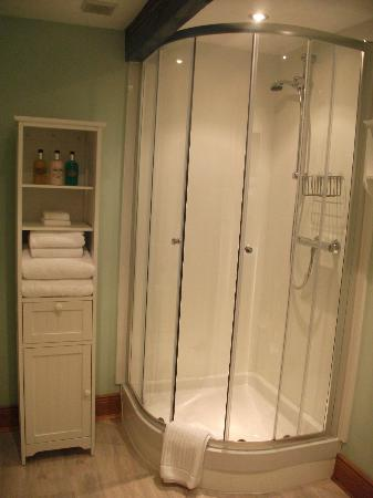 Fairshaw Rigg: Spacious shower and fresh and fluffy towels