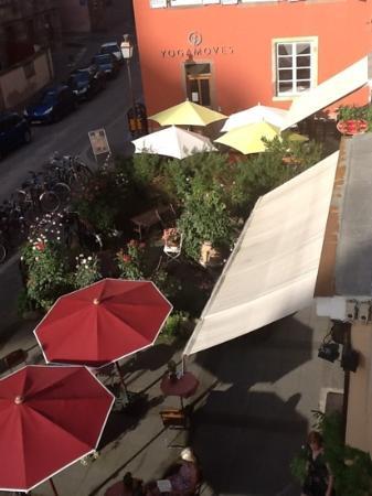 Suisse Hotel: foto dalla camera su entrata albergo e bar esterno