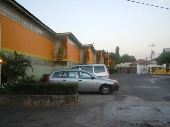 Club Ambiance: Hotel Parking lot and rooms at the front of hotel
