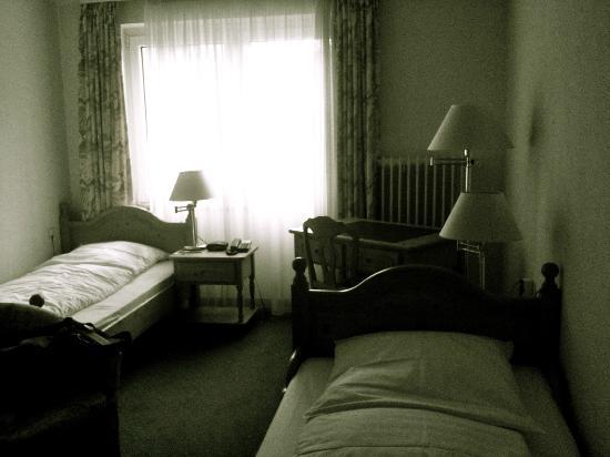Hotel Kautz : photos d'une chambre avec 2 lits simples (retouché en raison de la piètre qualité de mon iPhone)