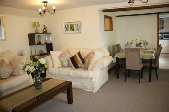 Woodside B&B: Lounge at Robertsbridge Retreat Upper - our self catering apartments 8 minutes from Woodside
