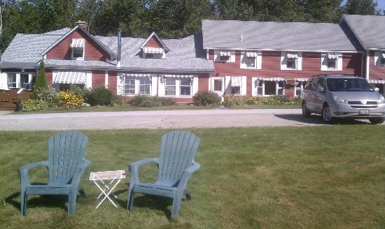 The Vermont Inn: Sit and enjoy the view from in front of the Inn