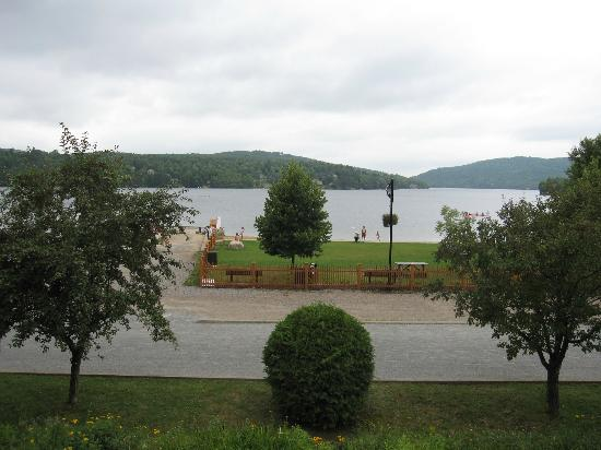 Auberge La Porte Rouge: View of lake and bicycle trail