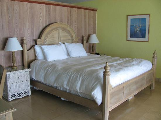 Cape Santa Maria Beach Resort & Villas: King room - there are sliding glass doors to view the beach from the bed