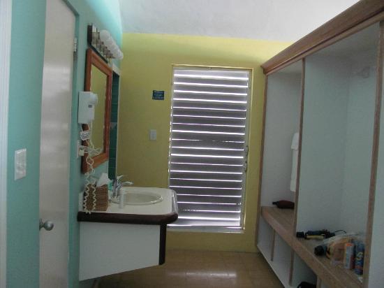 Cape Santa Maria Beach Resort & Villas: Bathroom - lots of cubbies for storage