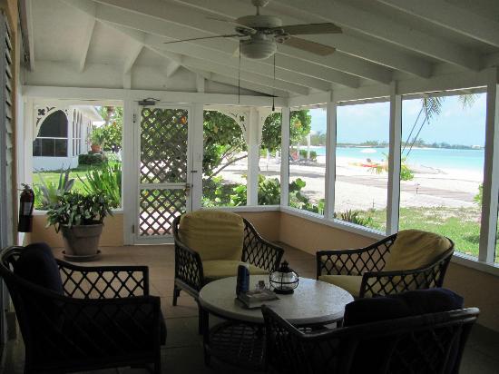 Cape Santa Maria Beach Resort & Villas: Screened in porch
