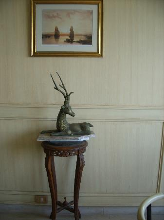 Union Hotel: a sculpture in the dining area