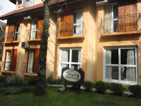 Pousada Aguia Branca: Fachada lateral do hotel, na mesma rua do Minimundo.