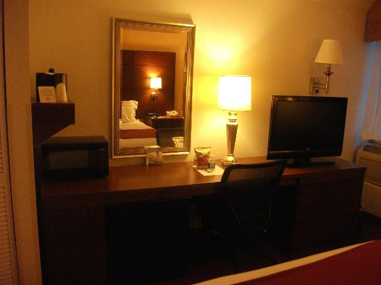Fairfield Inn & Suites Dulles Airport Herndon/Reston: desk, fridge and microwave