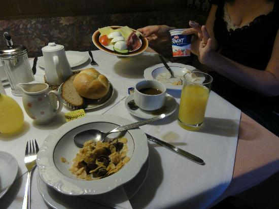Hotel Götz: Typical breakfast buffet spread.