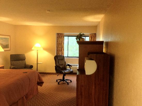 BEST WESTERN Airport Plaza Hotel: View Walking in to the Room