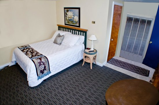 The Clarence Inn: queen bed kitchette room
