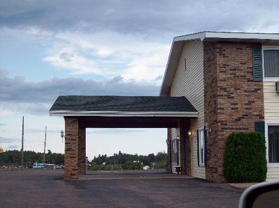 Value Host Motor Inn: Front Awning