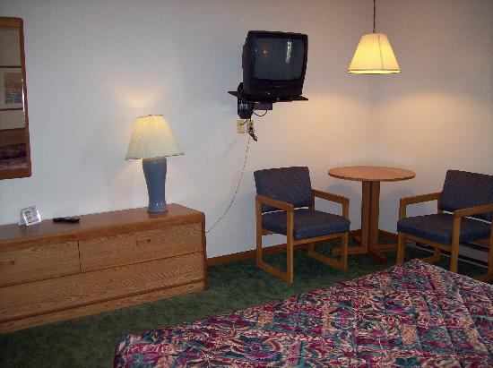 Value Host Motor Inn: TV & table