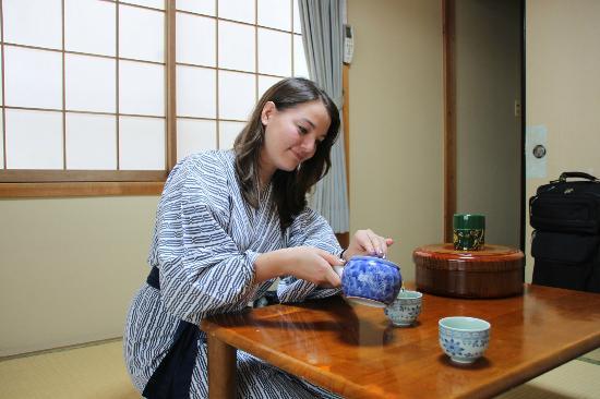 Minshiku Iwatakan: Em making tea