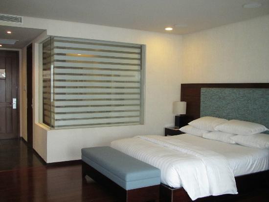 Bellarocca Island Resort and Spa: Deluxe room: I love the bathroom with glass walls! :)