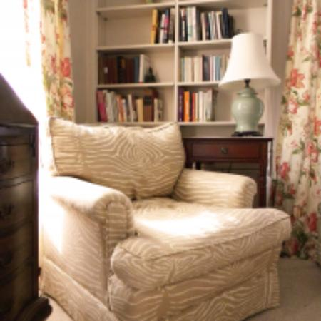High Acres Bed and Breakfast: Jane room seating