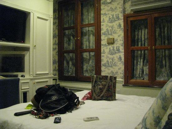 Mayfair Hotel: king bedroom #205