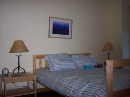 Highland Center Lodge at Crawford Notch: Platform double bed with comforter