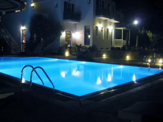 ‪‪Vienoula's Garden‬: The pool and hotel at night‬