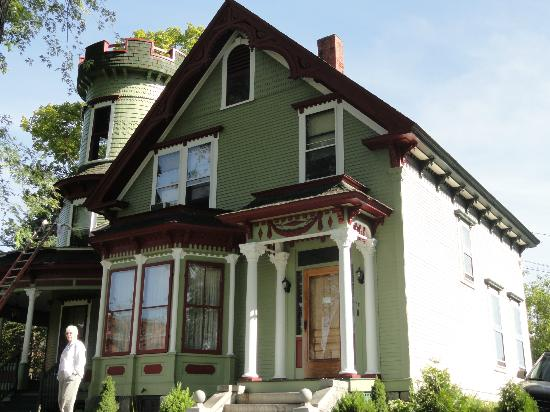 Maplecroft Bed And Breakfast : Freshly painted front