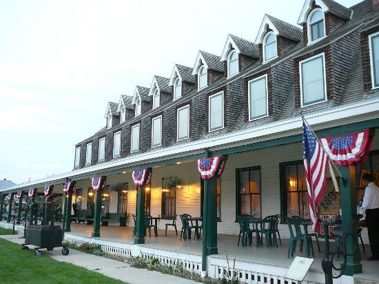 The Historic Sheridan Inn: Beautiful verandah of hotel