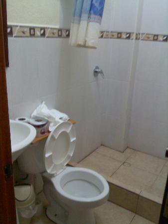 Galapagos Best Hostel: Bathroom (4 Bed Dorm)