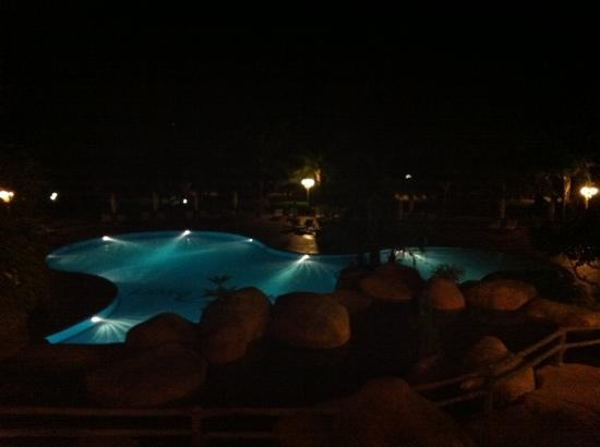 Phu Hai Resort: Pool bei Nacht
