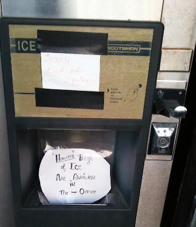Blue Coast Inn & Suites: Pay for ice in lobby.