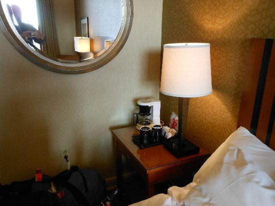 ‪‪Executive Hotel Pacific‬: Coffee maker sits next to bed on nightstand‬