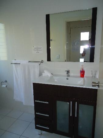 Airlie Apartments: Bathroom - spacious