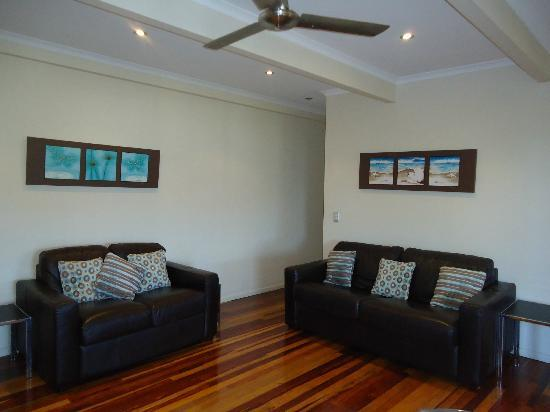 Airlie Apartments: Lounge area