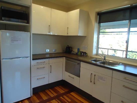 Airlie Apartments: Kitchen