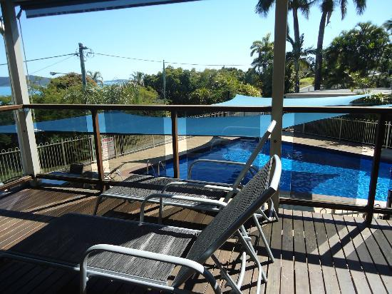 Airlie Apartments: Balcony overlooking pool