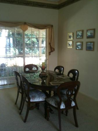 Cooroy Country Cottages: Lovely separate dining room
