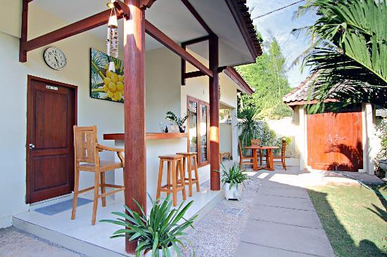 Aaliku Bungalows: Reception area in the daytime
