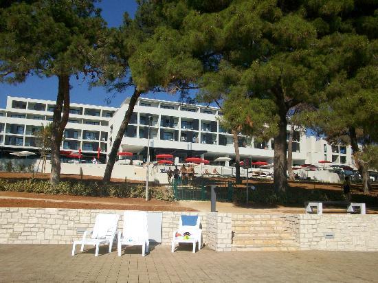 Hotel Laguna Parentium: Hotel vom Strand aus