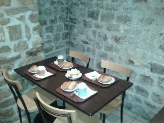 โรงแรมคอมฟอร์ท แซงเชอร์แม็ง: La mesa de desayuno. Muy pequeño comedor
