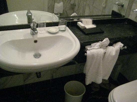 Albergo del Senato: Clean bathroom